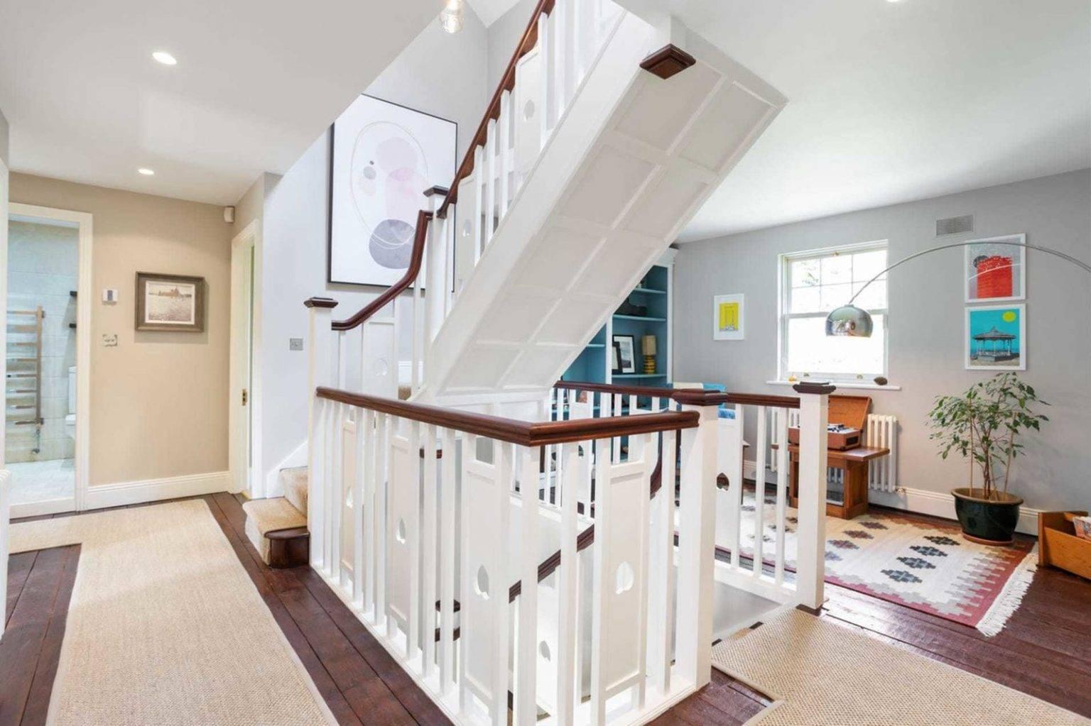Escaleras de la casa de Saoirse Ronan de Mujercitas. Una sala para la lectura bajo las escaleras