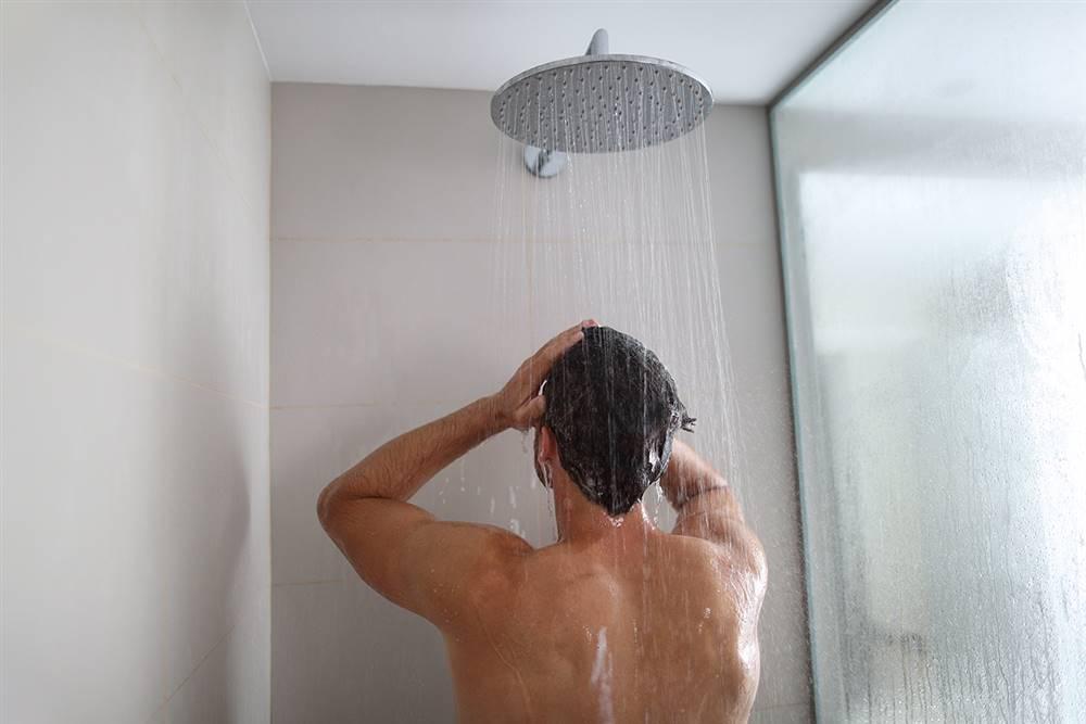 Por qué ducharse por la noche es mejor que por la mañana