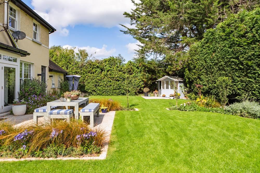 Jardin de la casa de Saoirse Ronan de Mujercitas. Un comedor al aire libre