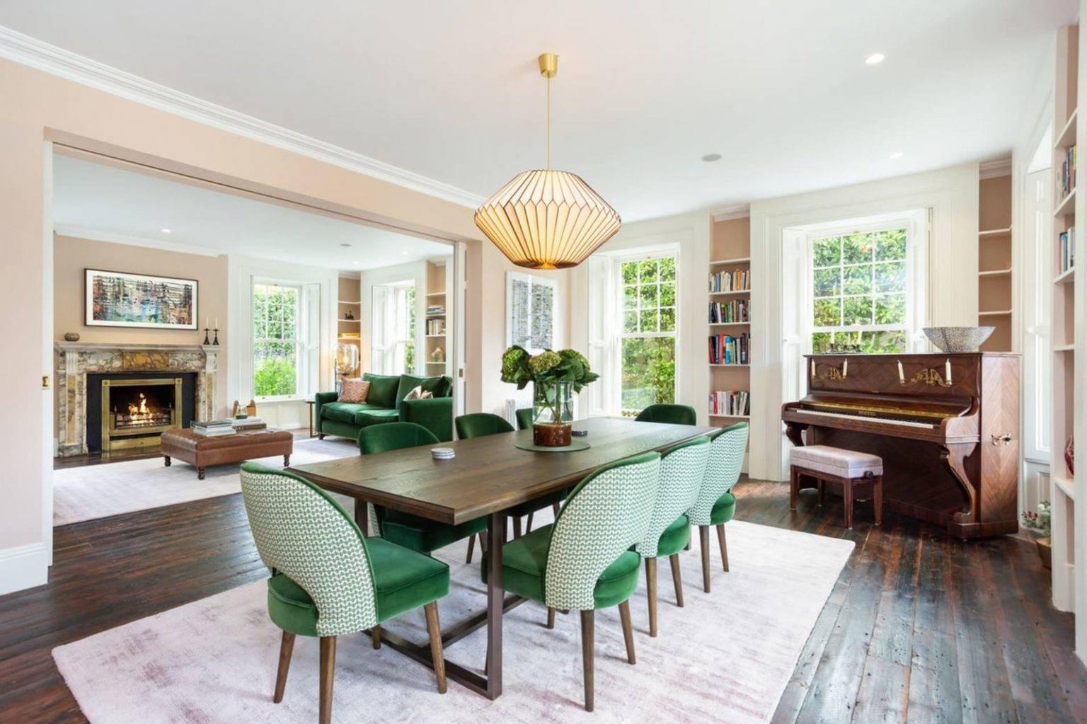Mesa y sillas del de la casa de Saoirse Ronan de Mujercitas. Un salón comedor muy amplio