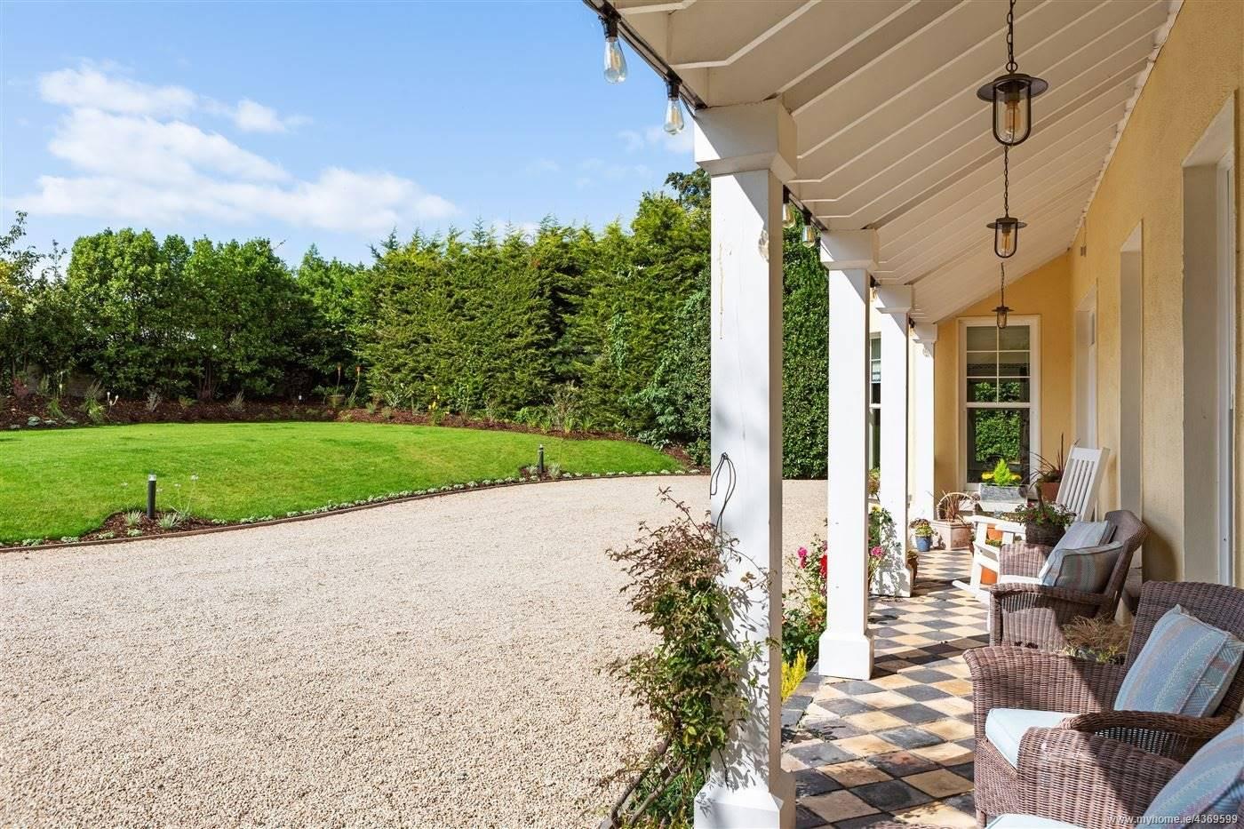 Porche y jardin de la casa de Saoirse Ronan de Mujercitas. Un porche para recibir a los invitados