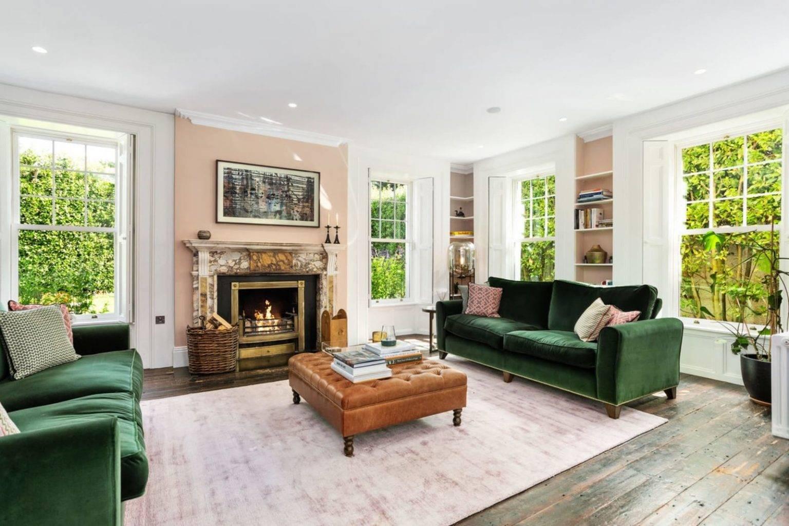 Sofas y chimenea del salon de la casa de Saoirse Ronan de Mujercitas. Sofás de terciopelo y una acogedora chimenea