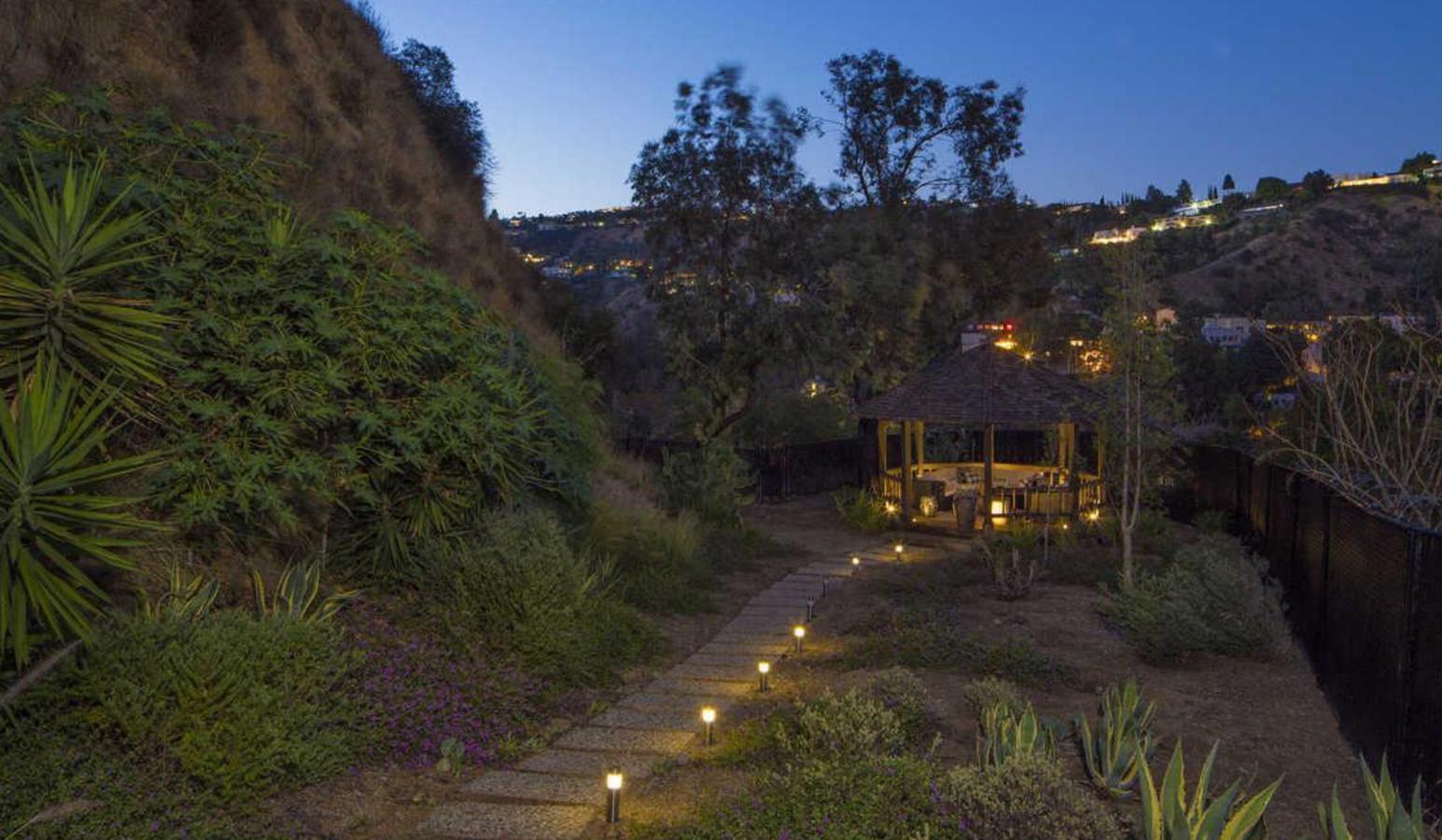 cabaña del jardin de la casa de Demi Lovato en Los Angeles. Un chill out al aire libre