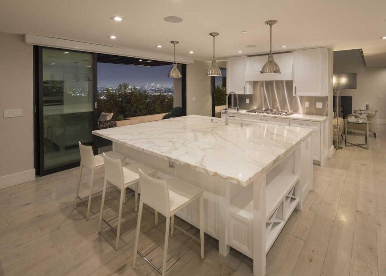Cocina de la casa de Demi Lovato en Los Angeles. Una cocina con una gran isla