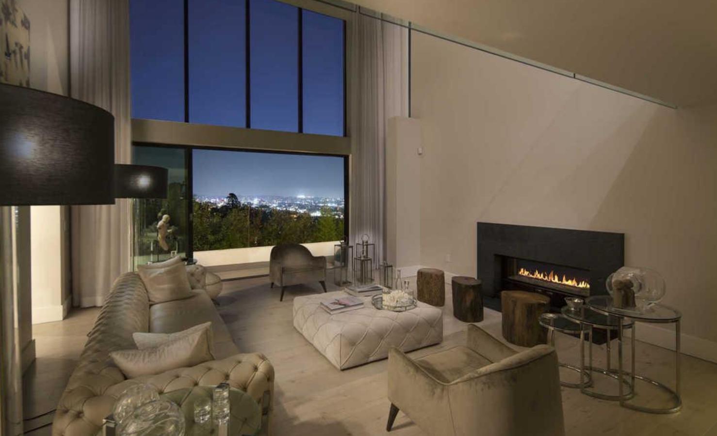 Salon con chimenea de la casa de Demi Lovato en Los Angeles. Salón de doble altura con chimenea de la casa de Demi Lovato en Los Ángeles