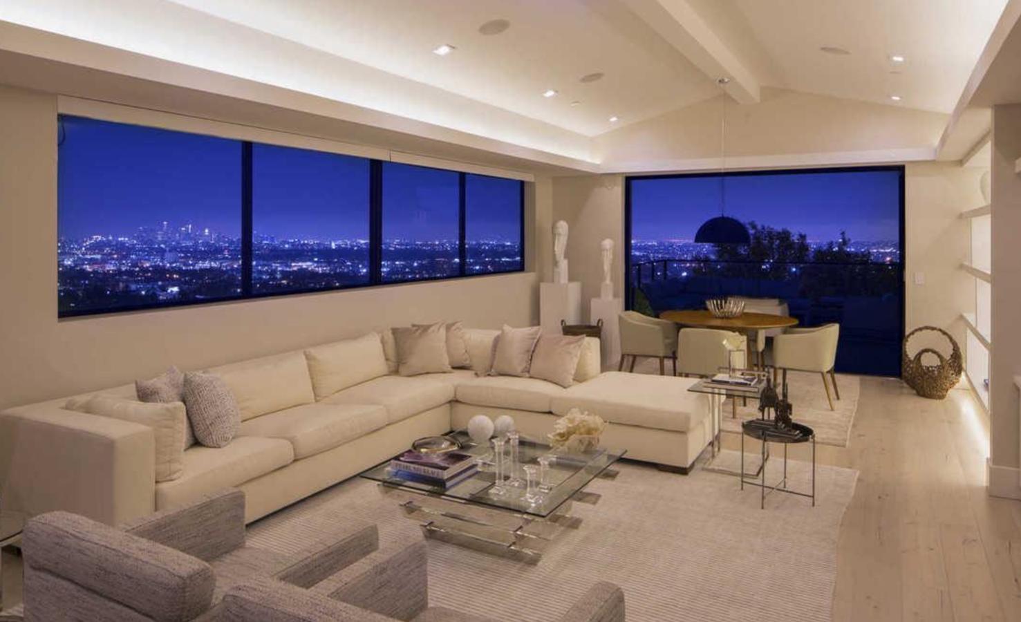 Salon con vistas de la casa de Demi Lovato en Los Angeles. Un salón comedor con vistas