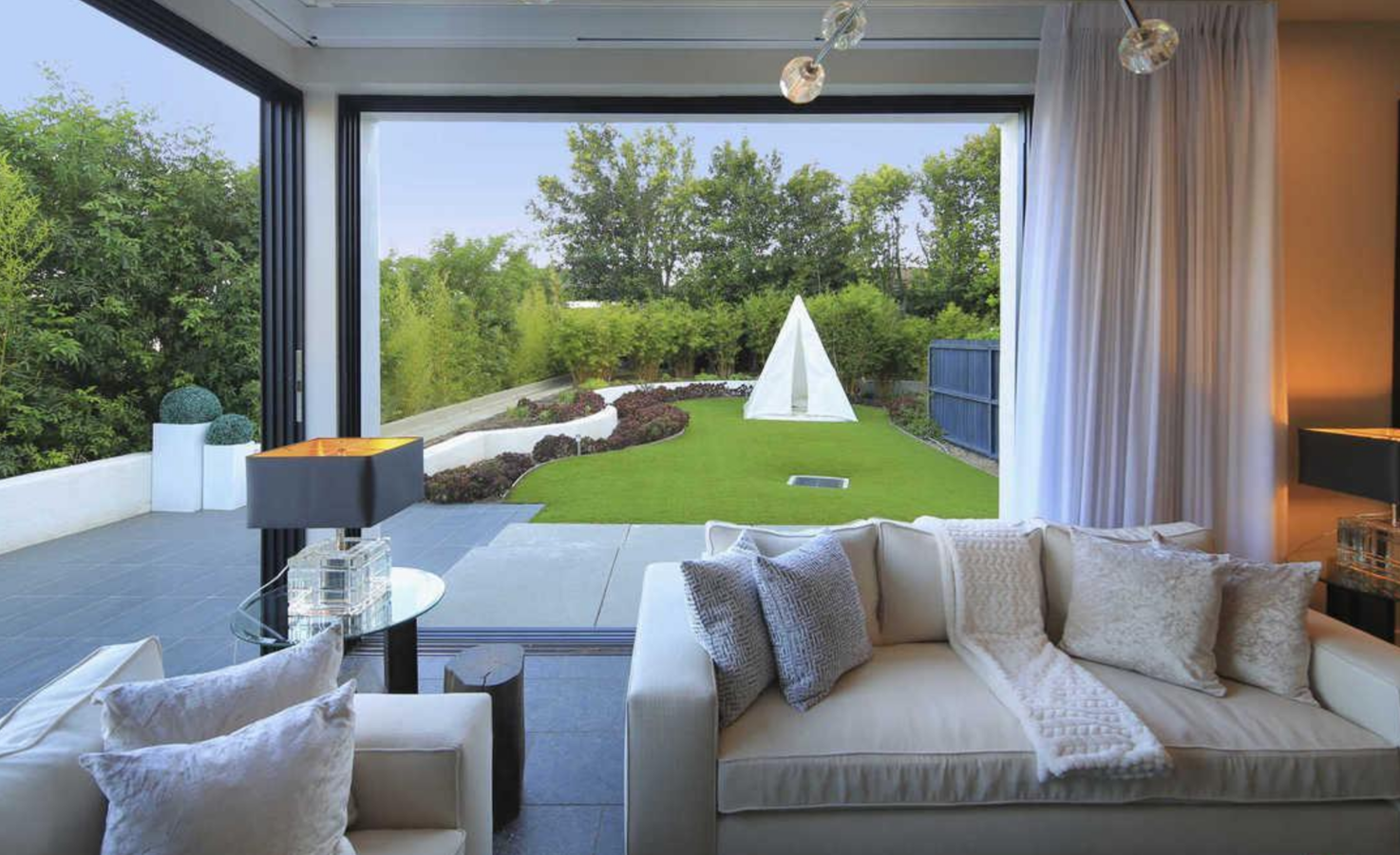 Salon y jardin de la casa de Demi Lovato en Los Angeles