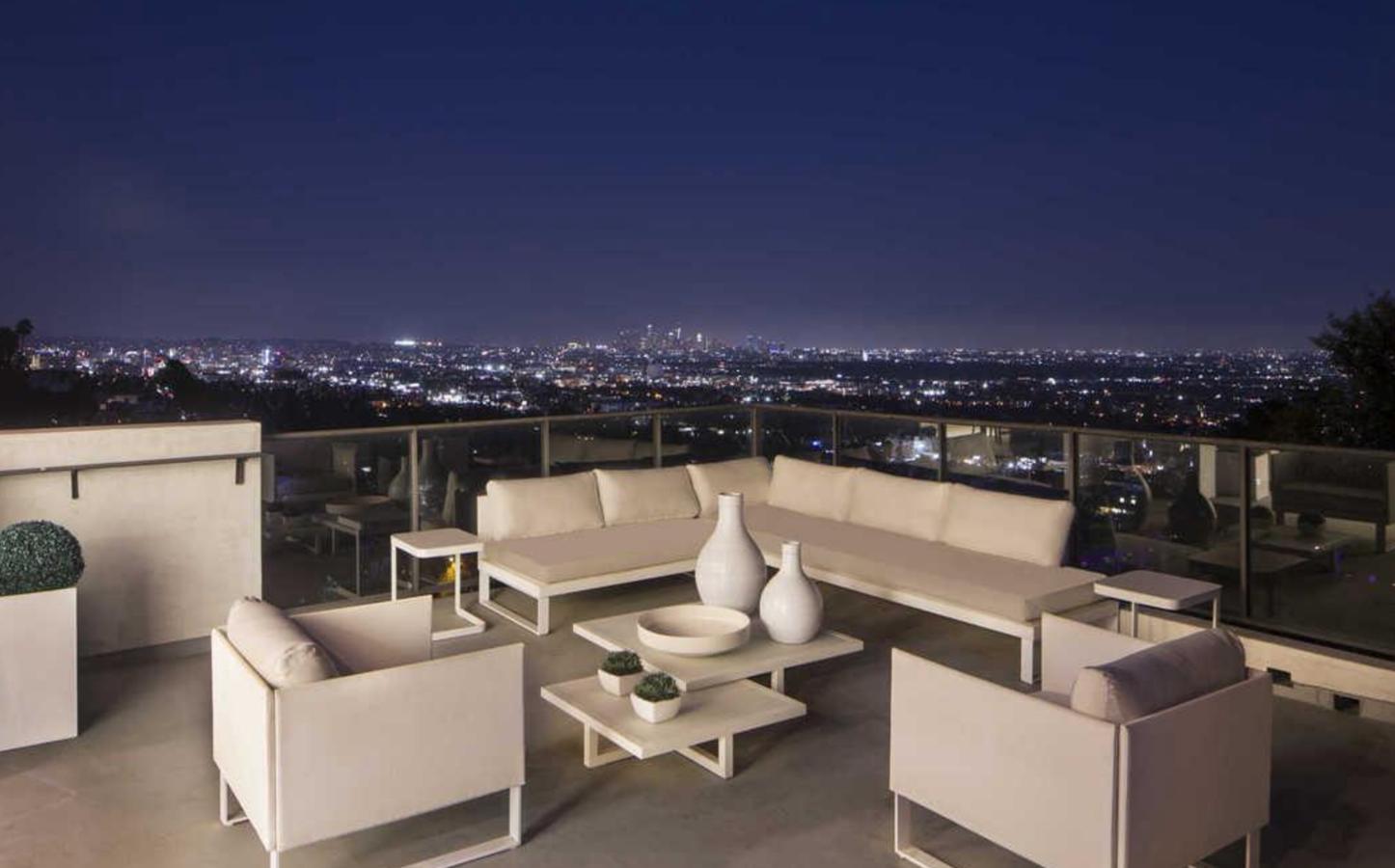 Terraza de la casa de Demi Lovato en Los Angeles. Una terraza con vistas a la ciudad