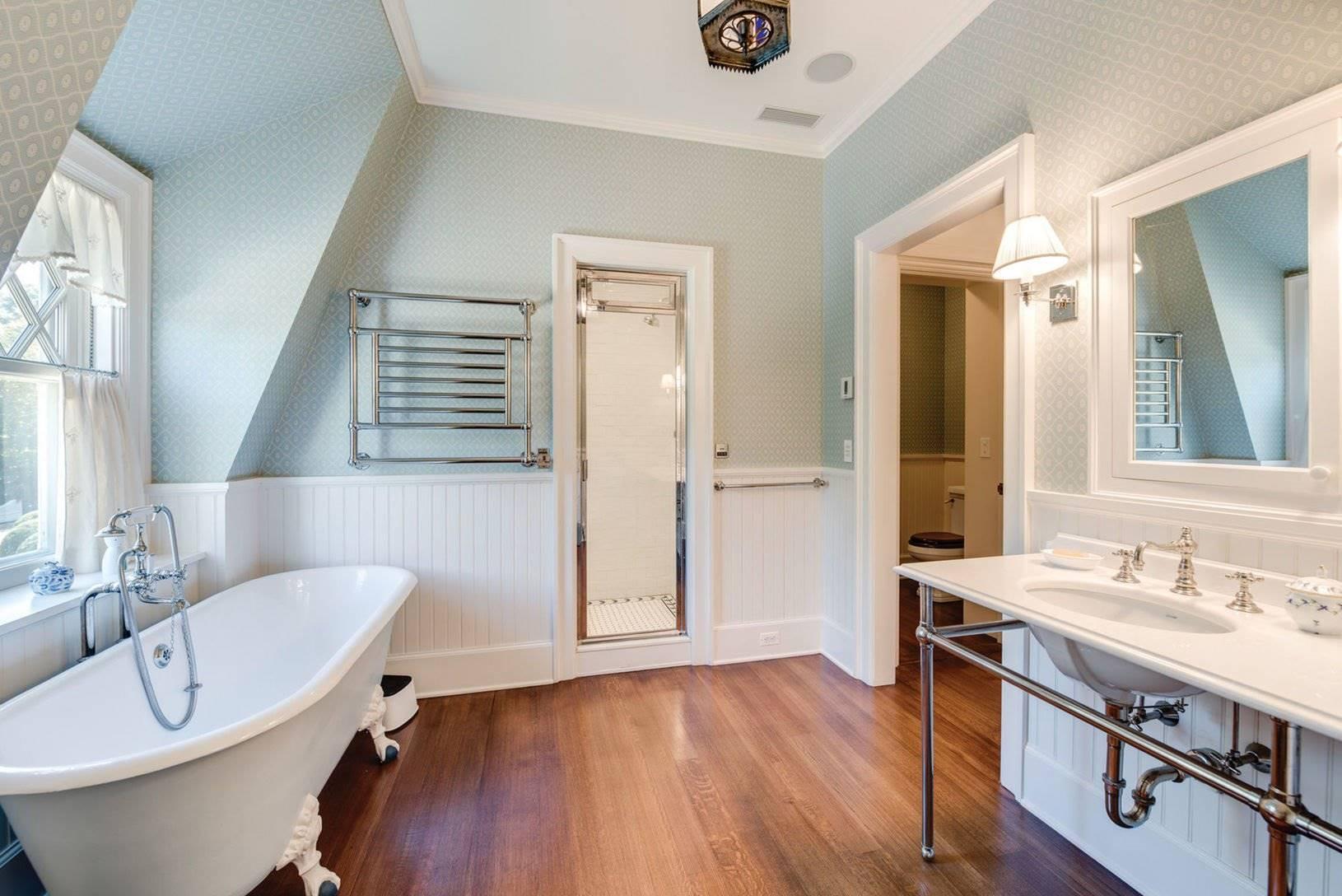 Baño de la casa de Chantal miller en los hamptons. Un gran baño con espacios separados