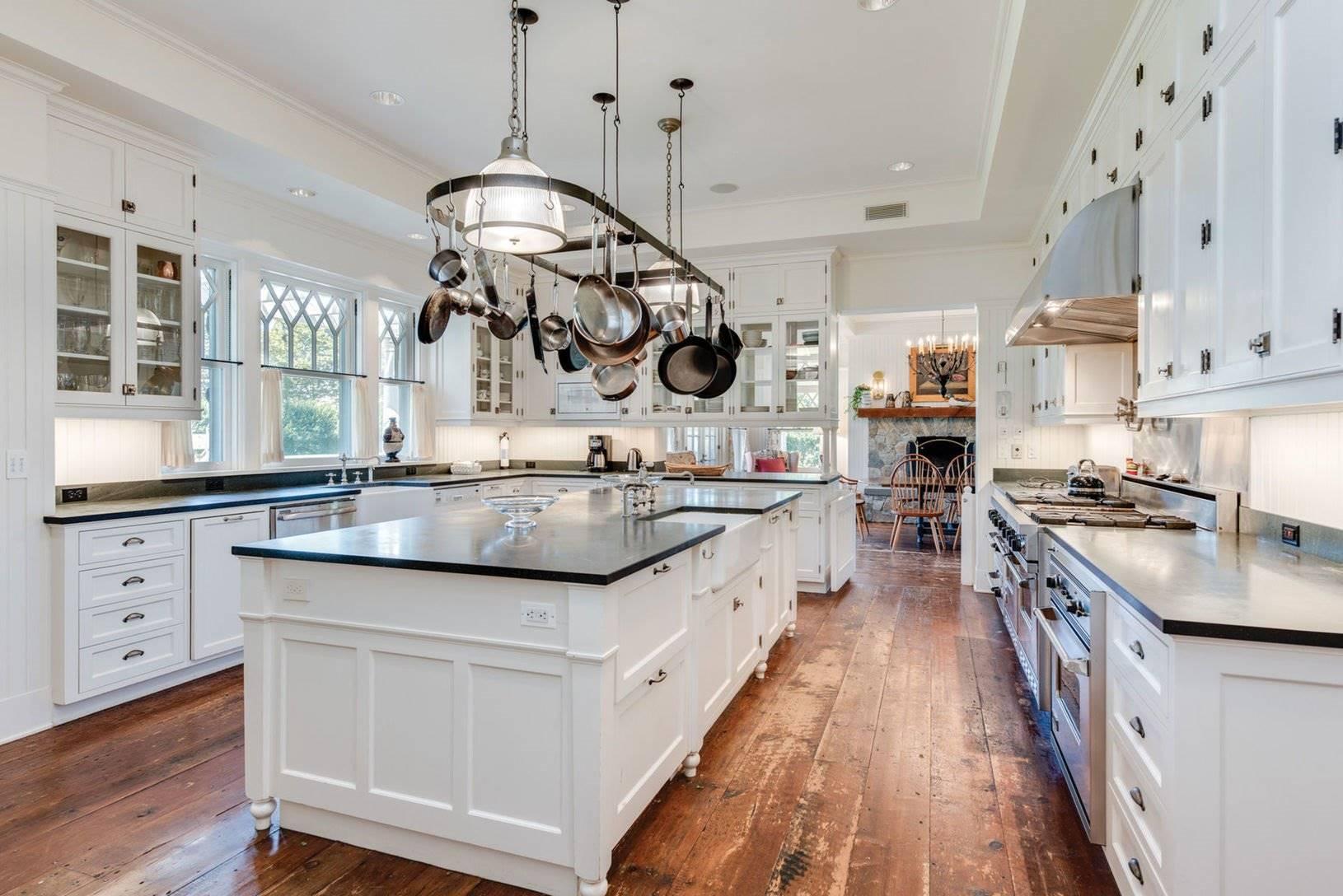 Cocina de la casa de Chantal miller en los hamptons. Una gran cocina con isla