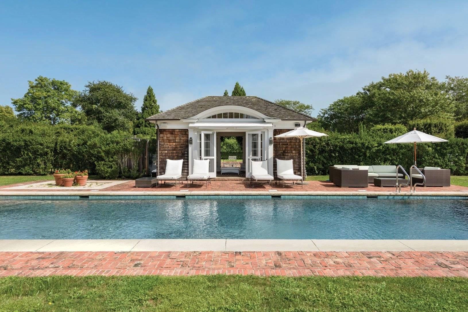 Piscina de la casa de Chantal miller en los hamptons. Una piscina con casita propia