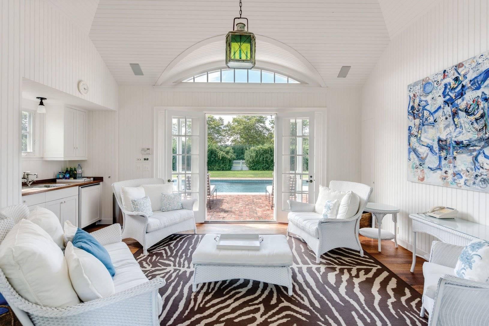 Salón blanco de la casa de Chantal miller en los hamptons. Un mini salón atrevido