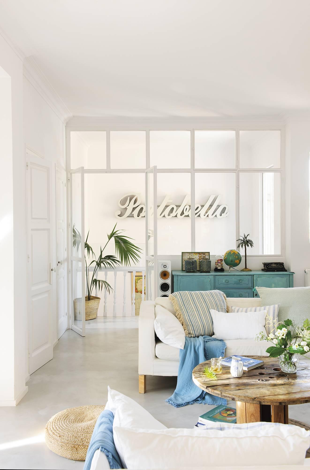 Vista de salón blanco hacia escalera. Un acertado y personal mix de estilos