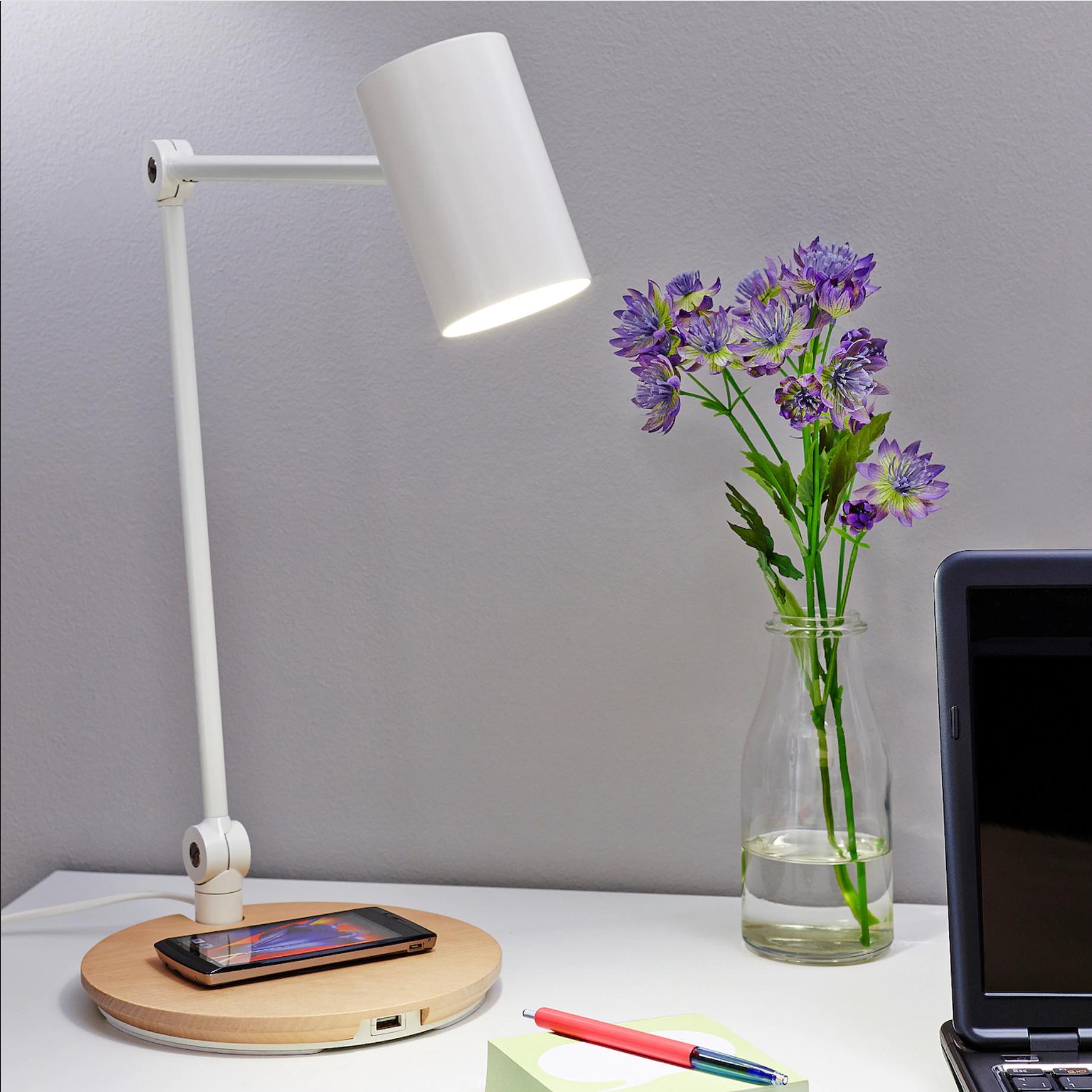 flexo con cargador de móvil RIGGAD de Ikea. Luz y cargador para el despacho o la oficina