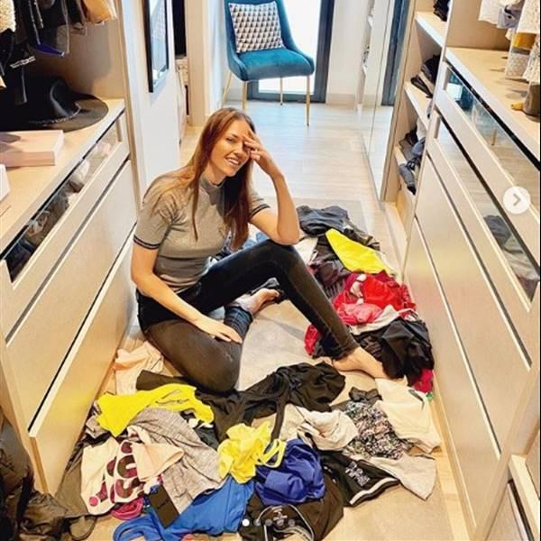Helen Lindes ordena el cajón de la ropa de deporte