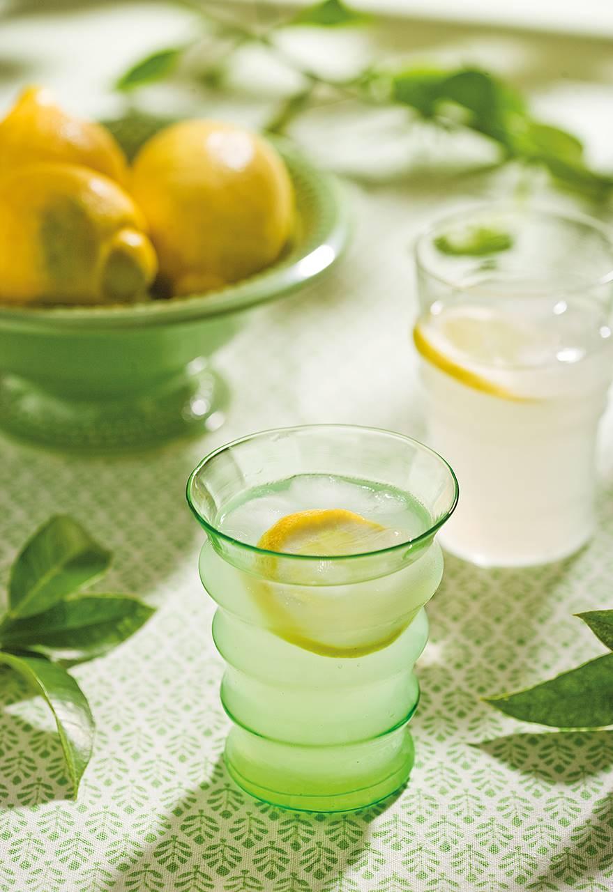 Detalle de vaso con zumo de limón