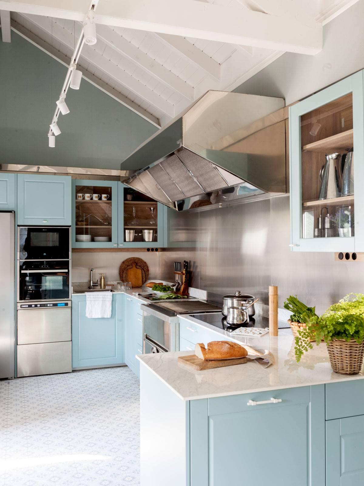 cocina-en-tonos-azules-00523130 O. Un azul que regresa en todas sus variantes