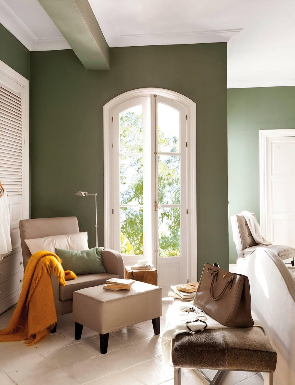 Dormitorio con zona de lectura y paredes en verde oliva. Un suave y delicado verde oliva
