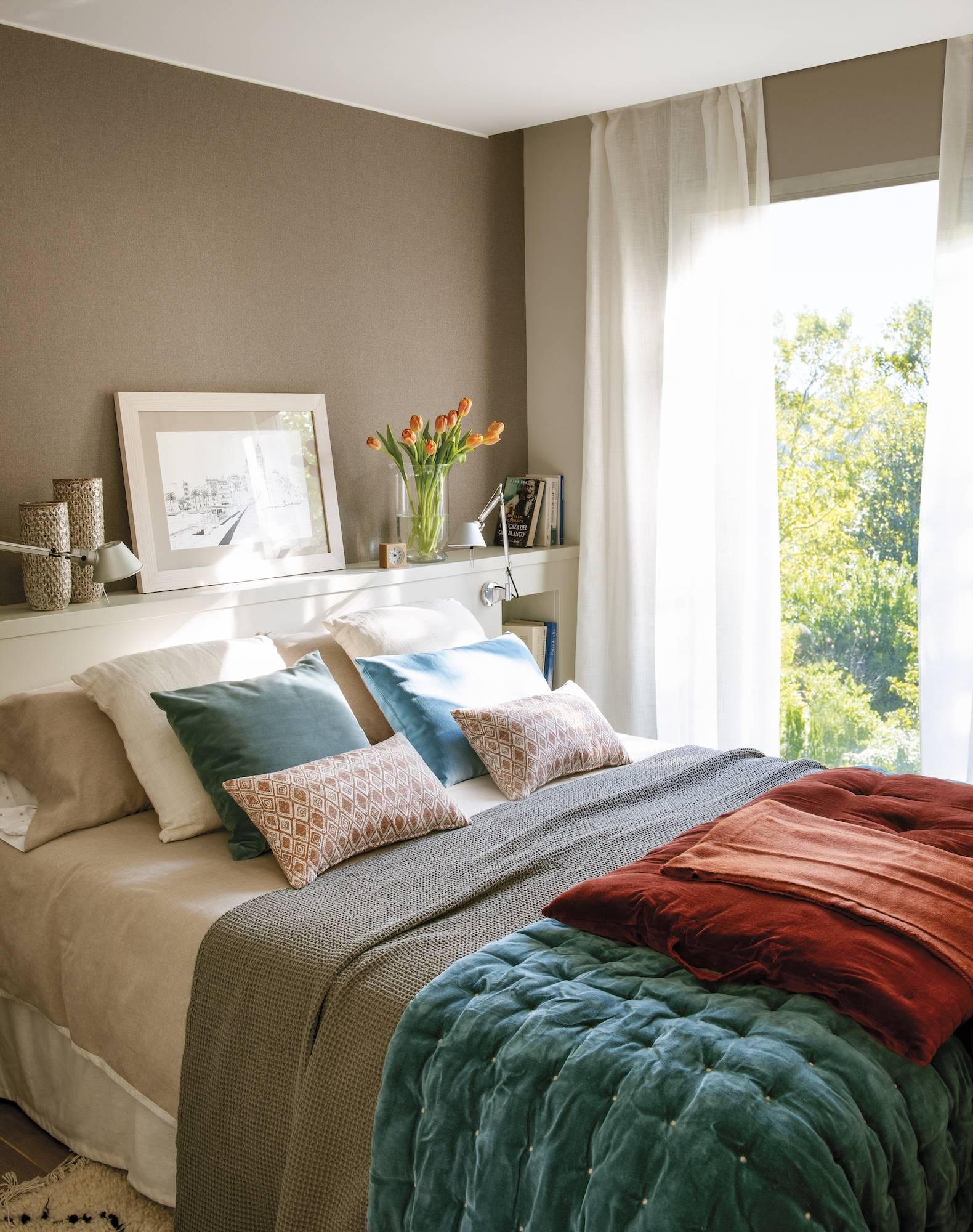 dormitorio marron con tercipelo azul y rojo00493824. Brave Ground, el color del año elegido por Behr Paint