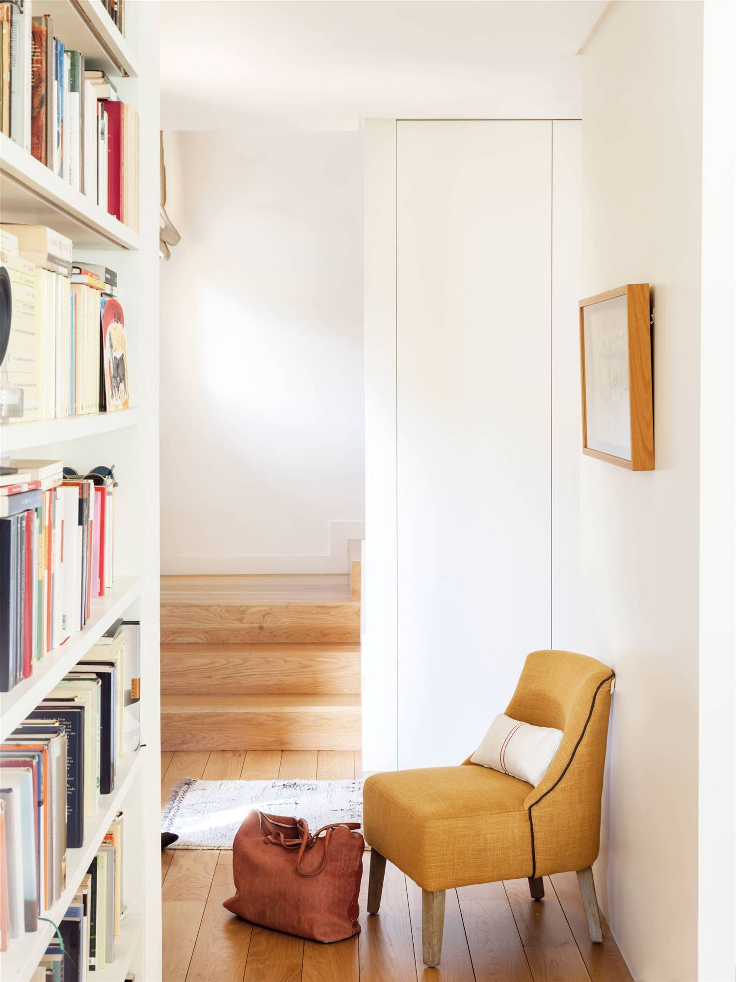 pasillo-con-estanteria-con-libros-y-butaca-mostaza_00510176. Un mostaza muy sofisticado