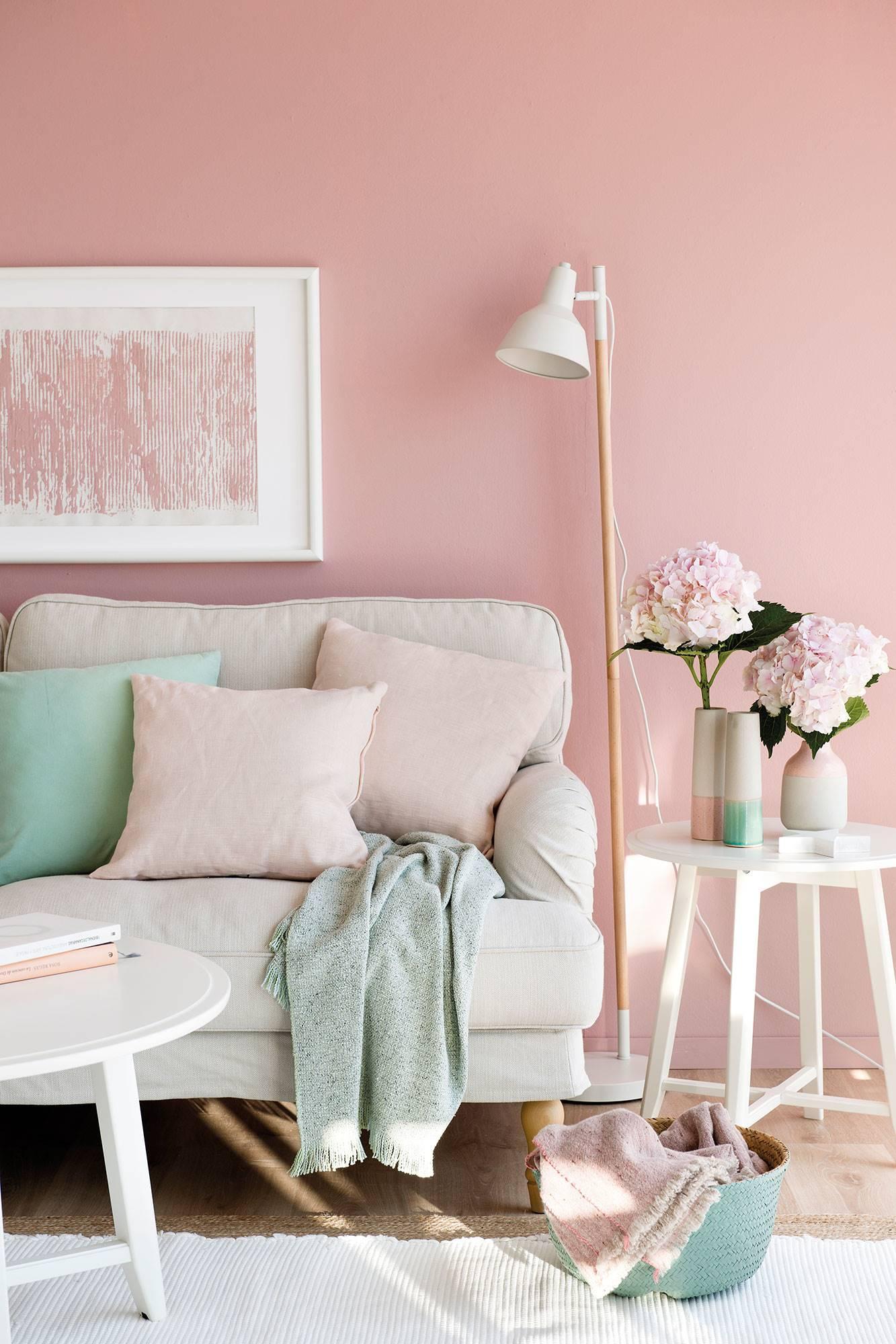 semitoma-de-salon-con-pared-rosa-cojines-rosas 79cf1ef0. Un rosa empolvado que aporta calidez
