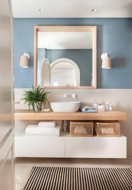 Un baño estrecho de 9 m2: tiene ducha y bañera y un toque ...