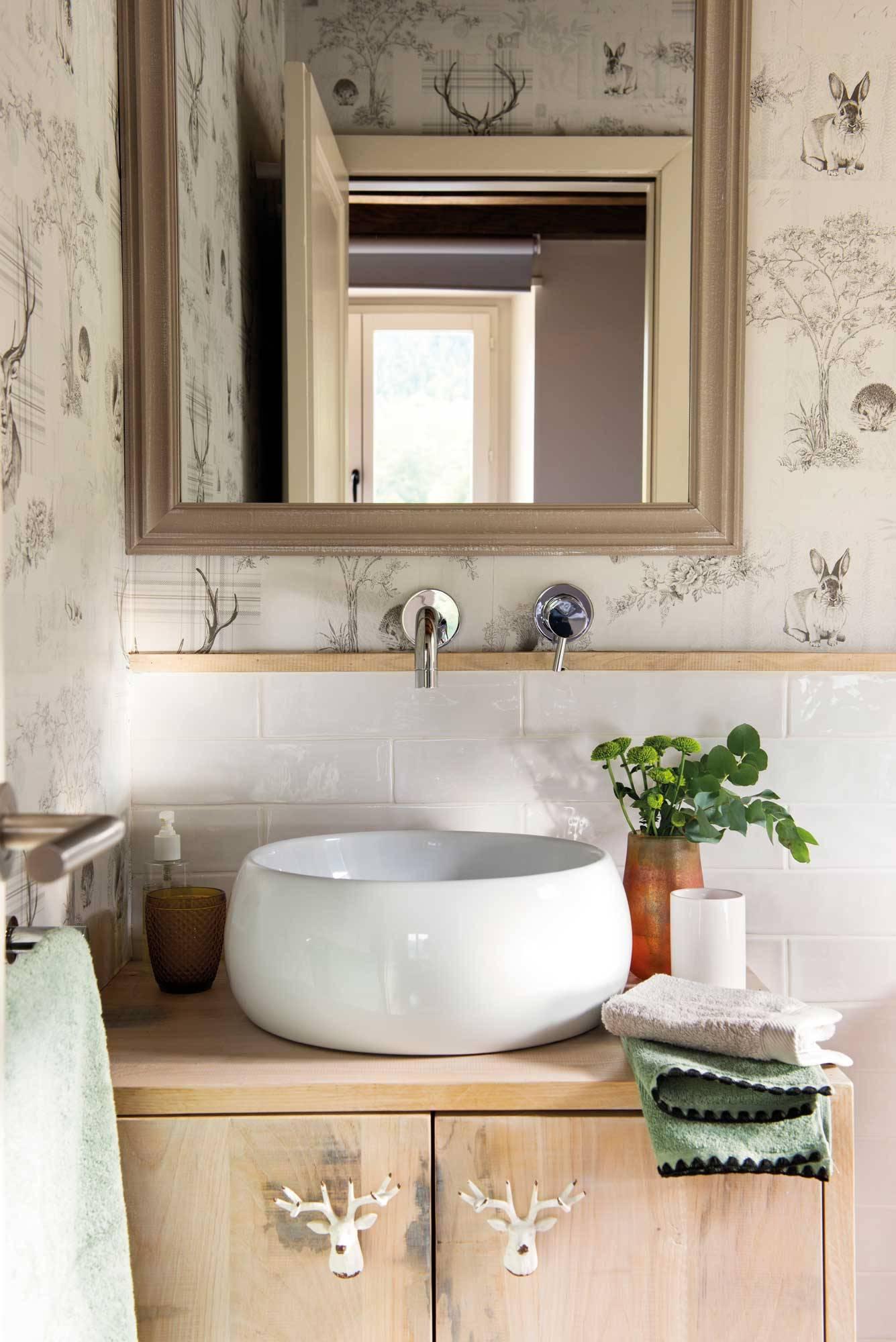 bano-mueble-madera-y-lavabo-sobreencimera 00499148. Baños como zonas de bienestar