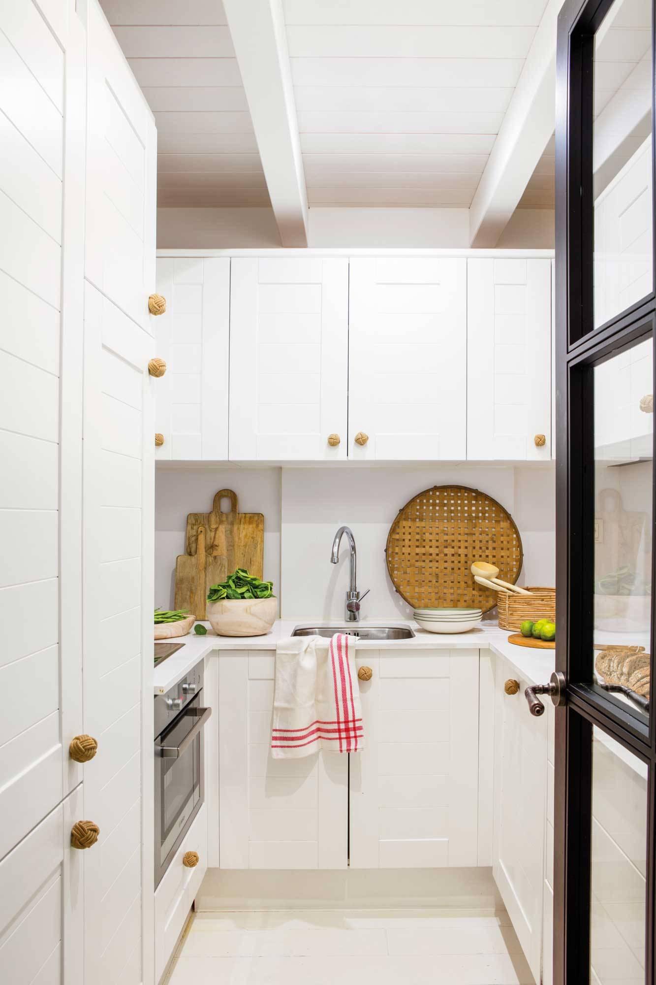 cocina-pequena-muebles-blanco-tirador 00508525. Tiradores en dorado