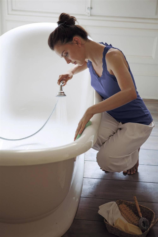 mujer-limpiando-la-bañera-00366331