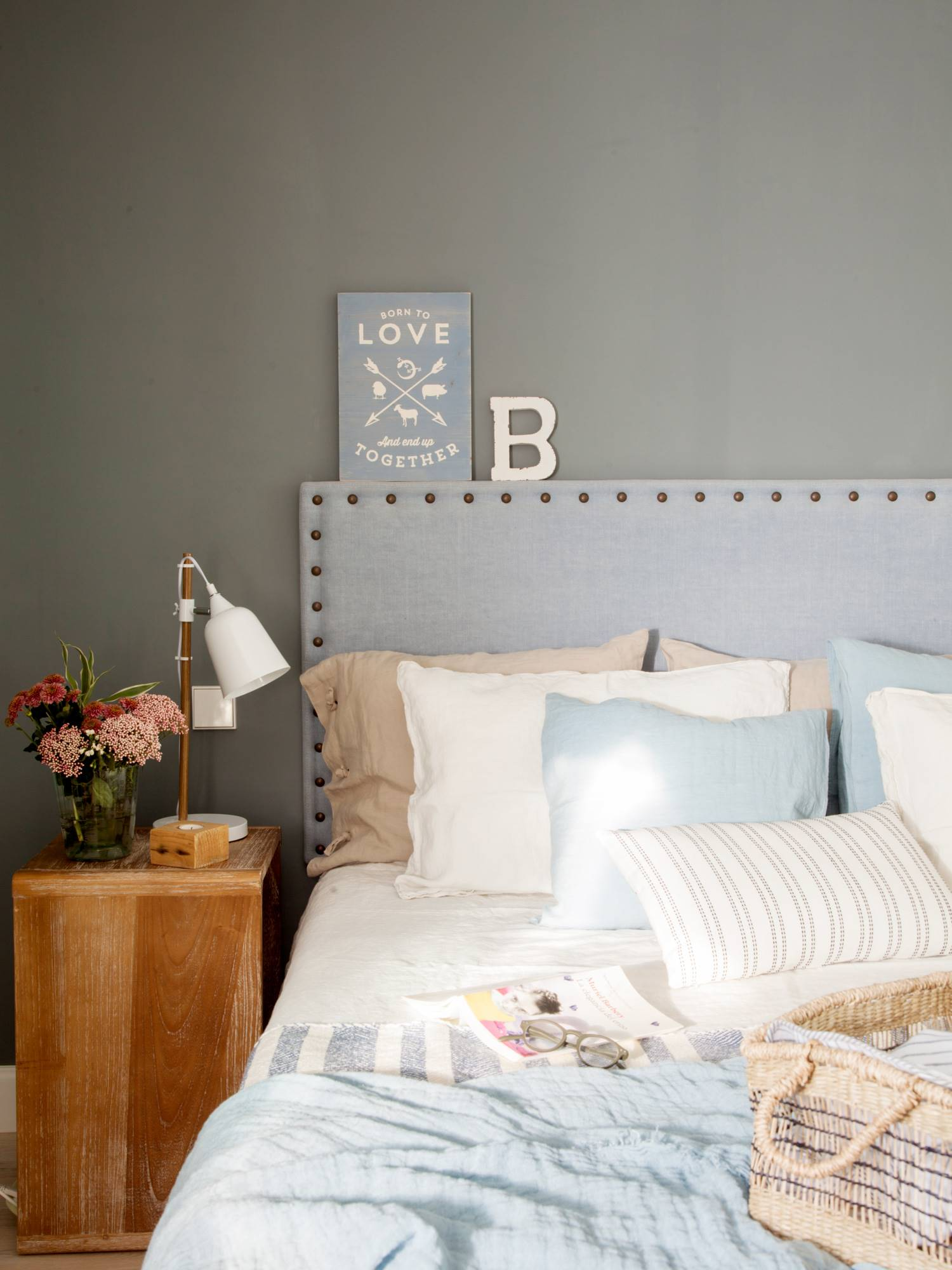 dormitorio con pared del cabecero de color gris_00489047