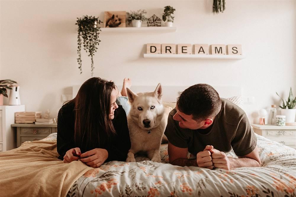 La lectora María José Roca con su marido y su perro