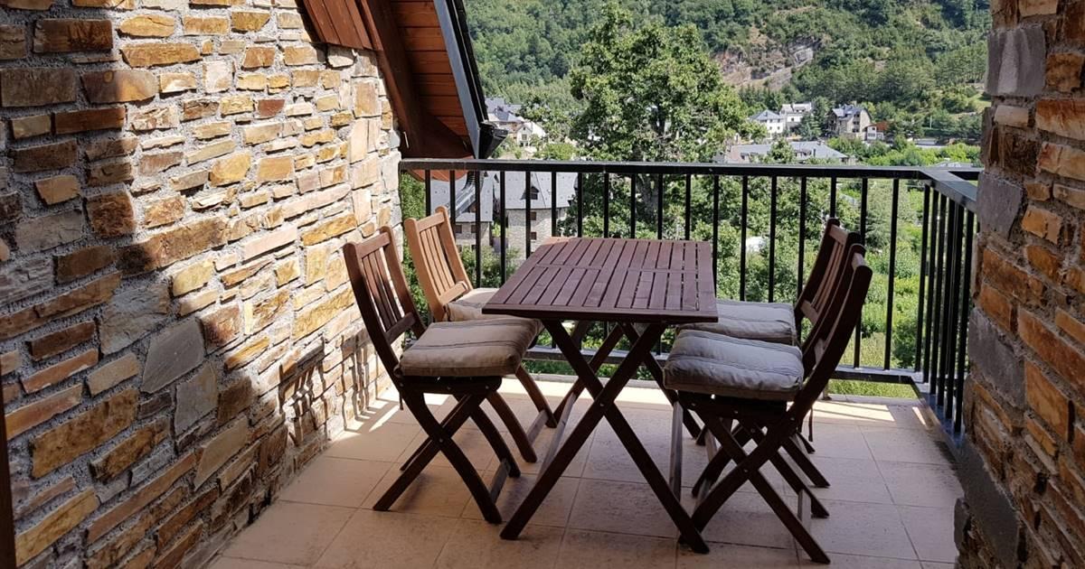 Casas de lectoras: el dúplex rústico por fuera y moderno por dentro de María Jesús en el Pirineo aragonés