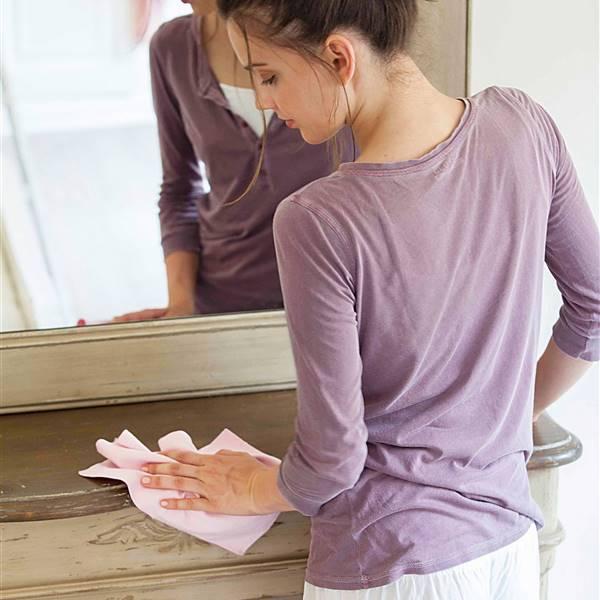 Limpiar el polvo: 10 trucos caseros y una receta natural